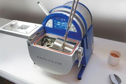 Etape n°2 : Le cylindre est retiré après cuisson et placé dans la chambre de coulée de la machine.